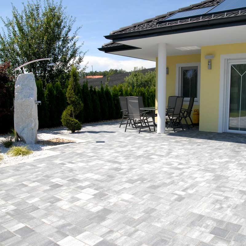 Terrassenplatten aus Naturstein oder Betonstein